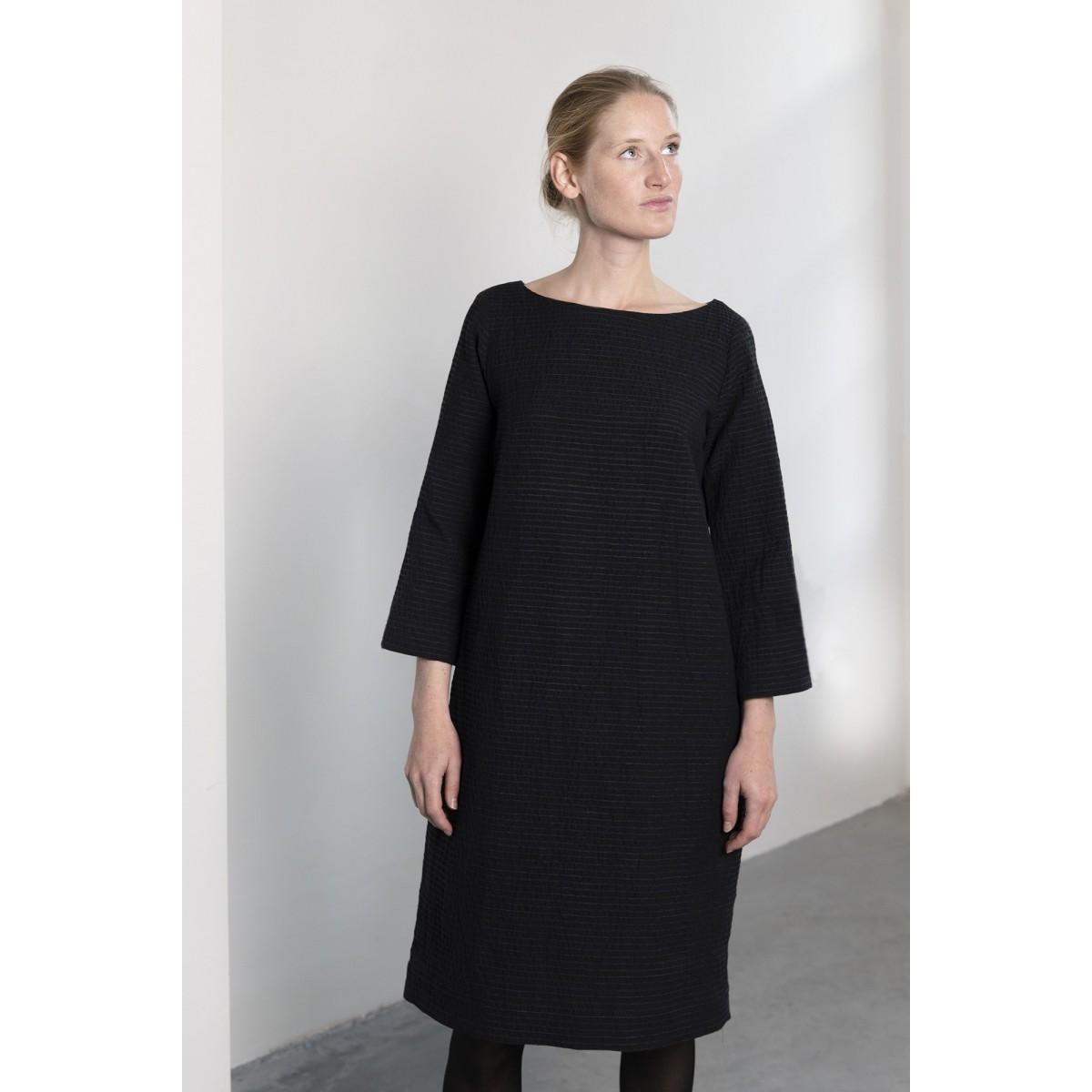2ac872337e5dd7 Comfortabele jurk met zakken in prachtige streep / reliëf stof